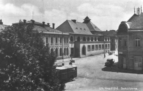 Velehradská třída s budovou Sokolovny