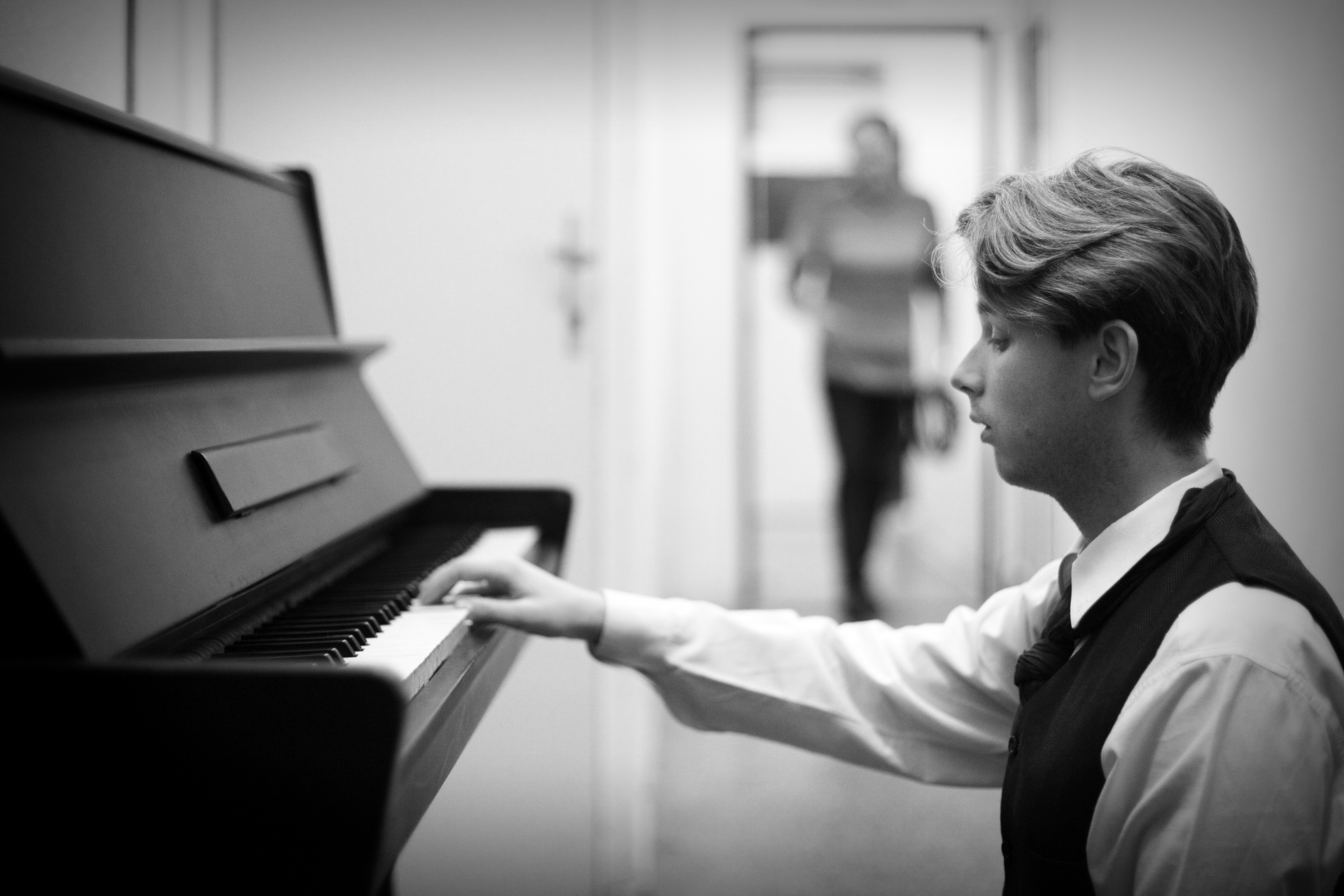 Herec David Macháček za klavírem