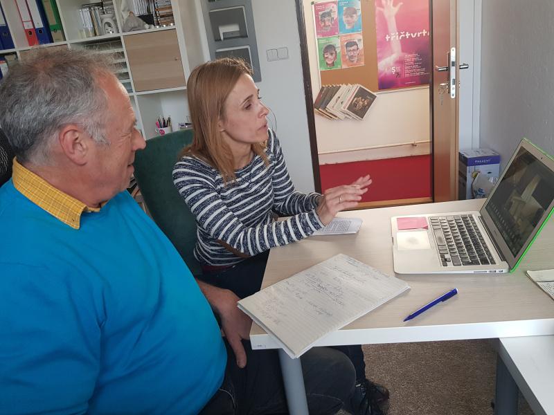 Alžběta Mahdalová a Pavel Majkus při besedě pro slabozraké a nevidomé