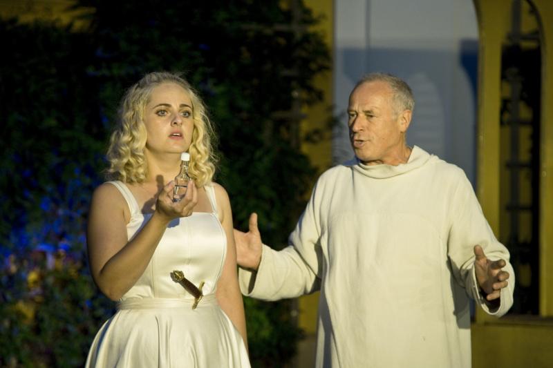 Petra Staňková a Pavel Majkus v Romeovi a Julii na nádvoří Reduty