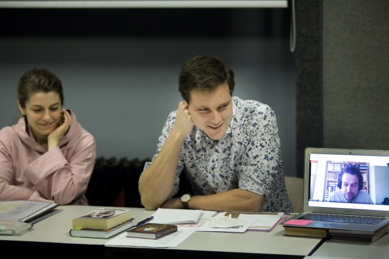 Výtvarnice, režisér a překladatel na zahajovací zkoušce Romea a Julie