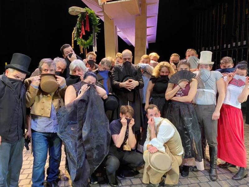 Herci přejí divákům zdraví a aby mohli zase brzy do Slováckého divadla