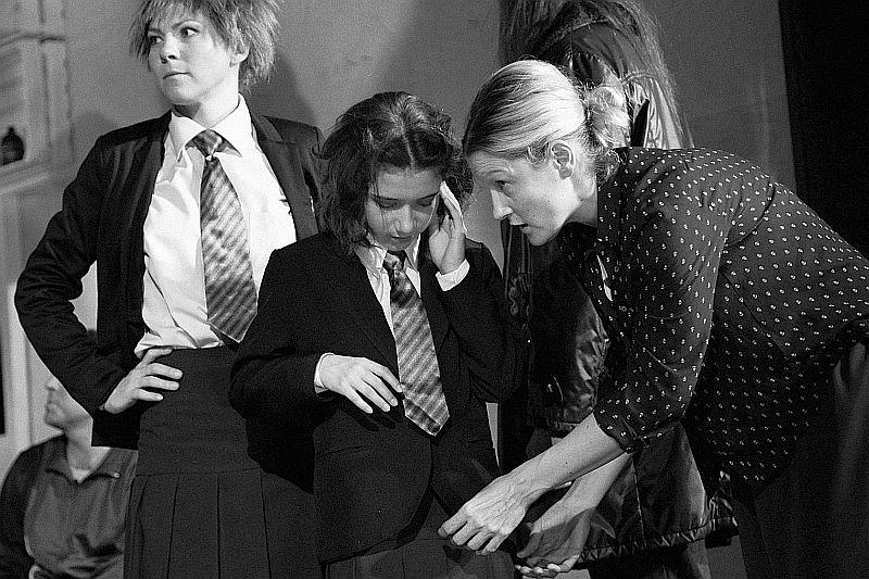 Výtvarnice Eva Jiřikovská upravuje kostým Aimee na jedné z generálních zkoušek, vlevo Klára Vojtková - foto Marek Malůšek