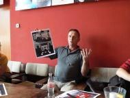 První čtená zkouška - Ivan Vacke tentokrát v pozici výtvarníka vysvětluje, co vymyslel - foto Libor Vodička