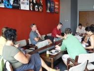 První čtená zkouška - kolem stolu v klubu na Malé scéně - foto Libor Vodička