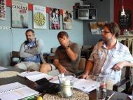 První čtená zkouška - překladatel Ivory Rodriguez, přemýšlející Kamil Pulec, dramaturg Libor Vodička - foto Ivan Vacke