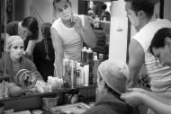 líčení před zkouškou hry Alenka v kraji divů a za zrcadlem v červnu 2015, vlevo dole A. Pospíchalová, o niž pečuje maskérka J. Juříková - foto Marek Malůšek