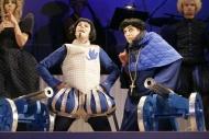 jako Abbé Biroton v inscenaci Modré květy, vlevo Josef Kubáník (Vévoda d´Auge) - foto Jan Karásek