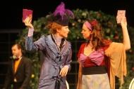 jako Gvendolína Fairfaxová v inscenaci Jak důležité je ho mít, vpravo Andrea Nakládalová (Cecílie Cardewová) - foto Jan Karásek