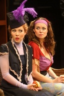 jako Gvendolína Fairfaxová v komedii Jak důležité je ho mít..., vpravo Andrea Nakládalová (Cecílie Cardewová) - foto Jan Karásek