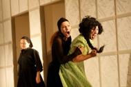 jako Magdalena v inscenaci Dům Bernardy Alby, vpravo Jitka Josková (Adéla), vzadu Monika Horká (Služka) - foto Jan Karásek