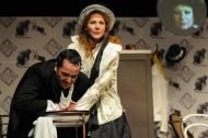 jako Slečna Anděla v komedii Penzion pro svobodné pány, vlevo Jiří Hejcman (Pan Mulligan) - foto Jan Karásek