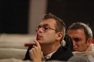 během naslouchání režisérským připomínkám Oxany Smilkové po jedné z generálek Maškarády, září 2005