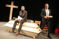 jako Jindřich Schwarz v inscenaci Pohřbívání aneb Zítra se bude pohřbívat všude, vpravo K. Pulec (Vladimír Jura) - foto Jan Karásek