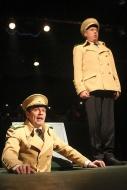 jako poručík Klaus v muzikálu Kdyby tisíc klarinetů, vpravo Pavel Majkus (plukovník Korund) - foto Jan Karásek