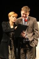 jako Nina Sesypalová v komedii Pohřbívání aneb Zítra se bude pohřbívat všude, vpravo P. Čagánek (Antonín Růžička) - foto Jan Karásek