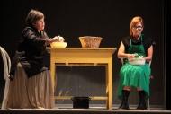 jako Aśka v inscenaci Denní dům, noční dům, vlevo Irena Vacková (Marta) - foto Jan Karásek
