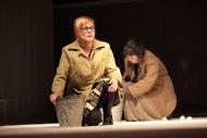 jako Aśka v inscenaci Denní dům, noční dům, vzadu Irena Vacková (Marta) - foto Jan Karásek