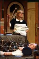 jako Sally Chessington v komedii Nájemníci, dole Pavel Hromádka (Uncle George) - foto Jan Karásek