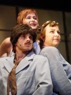 jako Jonathan Jeremiah Peachum v Žebrácké opeře (vlevo), spolu s A. Vronskou a J. Tihelkovou