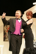 jako Henry Saunders v komedii Tenor na roztrhání, vpravo Andrea Nakládalová (sopranistka Diana) - foto Jan Karásek
