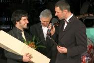 Vítězství v anketě Slovácký Oskar, uprostřed ředitel Slováckého divadla Igor Stránský, vpravo moderátor XXVIII. divadelního plesu David Vacke - foto Věra Káčerová