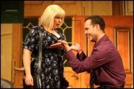 jako Ms Cowper v komedii Nájemníci, vpravo Jiří Hejcman (Eric Swan) - foto Jan Karásek