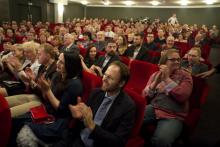 Diváci v hledišti během děkovačky inscenace Kocourkov-Brod