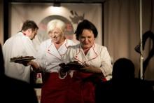 Čarodějnice při představení dají divákovi i něco dobrého ochutnat - J. Tihelková a M. Horká - foto Marek Malůšek